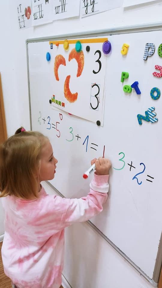 Dziewczynka pisząca potablicy