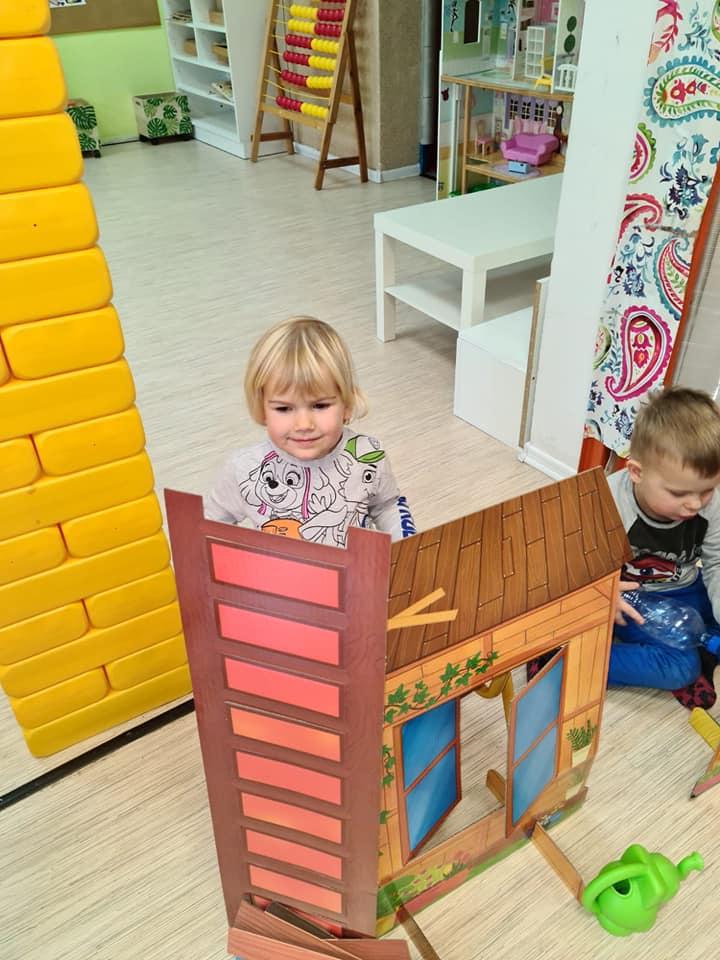 Dzieci zmakietą domku